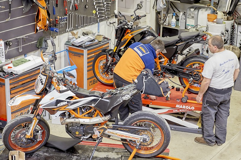 Garage atelier ktm for Garage preparation moto